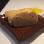 24379950 - パンはサクサクふわふわ。オリーブオイルに付けていただきます。