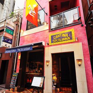 銀座6丁目の路地裏に佇む、ピンクの外壁が目印の三階建て一軒家