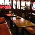 可否茶舗 儚夢亭 - 1Fのテーブル席。こちらは喫煙可、2Fは禁煙です。