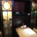 可否茶舗 儚夢亭 - 私が座ろうとした席の横、ガラス器が飾ってあります。