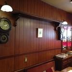 可否茶舗 儚夢亭 - 古い時計やアンティークなものがいっぱいの店内。