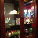 可否茶舗 儚夢亭 - ここにも食器が飾ってあります。