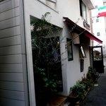 ラ・クチネッラ・ディ・ヤマモト - すごく細い路地の奥にお店はあります