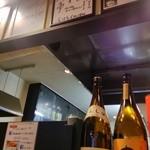 ラーメン くまごり - 入口から店内には、有名人の色紙が飾られています。