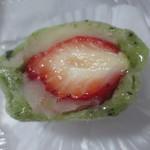 果子乃季 - 料理写真:蓬いちご大福の断面、いちごが寝ています