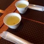 花ホタル - 温かいお茶とおしぼり。
