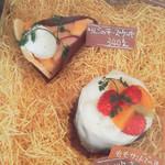 ユーちゃんちのママ - 手前:フルーツケーキ(もも) 奥:りんごのチーズケーキ
