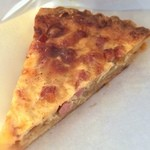 Bakery aoitori - 「キッシュロレーヌ(280円)」は正統派で本格的な品。アパレイユはチーズ、ベーコン、オニオンなどシンプルな具材ですがマイルドさと香ばしさのバランスが秀逸で、センスの良さを感じさせます。しっとり折り込みパイ生地のさり気ない存在感も◎
