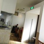 パラタ - 広い店内。料理を作っているところがガラス張りで見えます♪