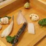 懐 - 冬のお勧めは牡蠣と白子のてんぷらでした。牡蠣はひと口食べるとじゅわーと牡蠣の美味しい汁が出てきました~