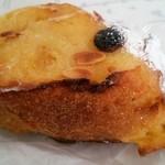 24404711 - アーモンドの乗ったフレンチトースト。卵がたっぷり染みたフワフワの生地♪