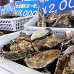 五味の市 - 牡蠣もたくさん売られています