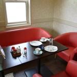 カシノキ - 店内(ウチが座ったところだけ赤いゴージャスなソファーが・・・)