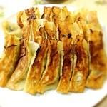 鈴蘭 - 味噌だれをつけて食べる餃子。美味しい!