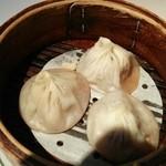 24410288 - 小籠包三兄弟「南翔小籠包」・「海老入り小籠包」・「上海蟹味噌入り小籠包」