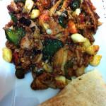 ローザ ケバブ ハウス - ガーリックソテー ピタパン付きで野菜もたっぷりでトルコならではのスパイスを使った味付けが癖になります(^^)
