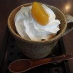 茶院 葉名木 - 陶器のマグカップに入った炭酸フレークパフェ