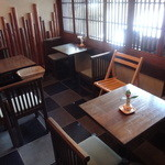 茶院 葉名木 - テーブル席が並ぶスペース