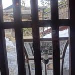 茶院 葉名木 - 窓の外から温泉寺へ通じる階段をみる、雪が見えるのはこの時季ならでは