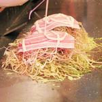 広島お好み焼き 鉄板焼 ゆうちゃん - 工程を踏む広島のお好み焼きは面白い。                             しばし鉄板ショーを楽しみます。