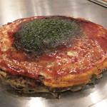 広島お好み焼き 鉄板焼 ゆうちゃん - 基本の肉玉そば750円。麺が半分の肉玉そばは730円。