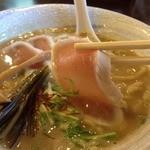 麺ゃ しき - らぁ祭限定 濃厚白湯(880円)鶏チャーシューハーフリフト