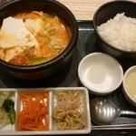 東京純豆腐 - 5種の野菜が入ったスンドゥブと追加のコラーゲン