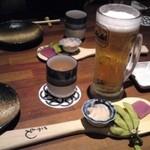 Satsumagokamon - 「うっちん茶」としゃもじに乗った付出し(472円)、生ビール(アサヒスーパードライ)は609円とちと高め。