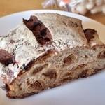 Bakery aoitori - 「カンパーニュ いちぢく(400円)」。本体は楕円形で4分の1カットを購入。クラストはガッチガチにかなりハードで、歯の弱い方はマジ無理かと。ギュリッと噛みちぎる感じで、パリサクな部分もあり食感豊か。こんがり苦味を伴うオトナ仕様の味♪