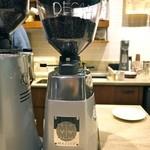 ネイバーフッド アンド コーヒー - MAZZERグラインダー この機械で、豆を挽きます