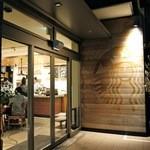 ネイバーフッド アンド コーヒー - 入口(オープン時より薄くなったサイレンさん)