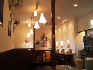 麺屋 燕 - 明るくモダンな雰囲気の店内