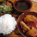 ガテモタブン - ランチは、ライス、スープ、サラダ付き