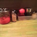 久留米とんこつしぼり 満州屋が一番 - 店内の薬味