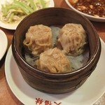 大福林 - 銀賞のシュウマイと右奥:麻婆豆腐、左奥:セロリと干し豆腐の炒め。