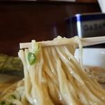 七麺鳥 - 中太ストレート麺には、濃厚スープが絡みつく