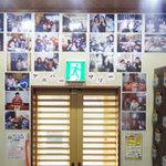 道とん堀 - 玄関には今まで行われたアニバーサリーパーティーの記念写真