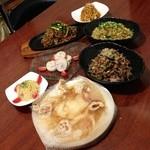 ダンジーちゃおず - 極上ポテサラ、日本蕎麦の焼きそば、生姜の効いたチャーハン、鶏ハム、トロトロソーキなど、オリジナリティ溢れる料理の数々。