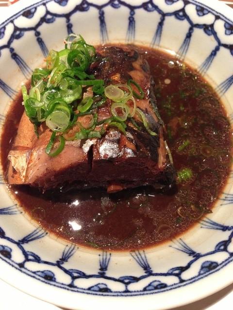 季節料理かたやま - 当店の名物  6時間煮込んだ鯖の味噌煮