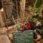 mori cafe - 湊町『mori cafe』を初訪問。手作りの温かさを感じさせる可愛いらしい店内。なるほど、夜なら空いてるし、うるさくないし、オッサンでもマッタリ過ごせるわい♡ つか厨房担当は男性なんですね。意外でした!