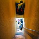 カナヤマ エイティーズ - 急な階段を下りて中へ