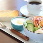 敷島珈琲店 - ドリンクをご注文いただくと、無料で朝食がついてくるお得なサービスです。敷島珈琲店のモーニングは健康がテーマ。たっぷりの野菜サラダと、4つの菌で作った自家製ヨーグルトは、毎日食べたい健康メニューです。