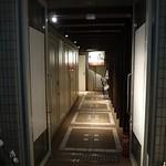 全席個室 居酒屋 九州料理 かこみ庵 - 通路の奥に入口があります