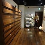 全席個室 居酒屋 九州料理 かこみ庵 - 靴を脱いで靴箱に入れて廊下を進みます