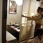 全席個室 居酒屋 九州料理 かこみ庵 - 通路の両側に個室がたくさん並んでいます