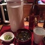 真ちゃ味 - 付きだし(ワカメ味噌汁、水菜お浸し)、赤霧島お湯割りセット
