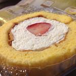 ローソン - 料理写真:プレミアムロールケーキ(いちごのせ)