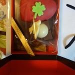 デカダンス ドュ ショコラ - 外箱を開けると、全部チョコでできているチョコレートボックスが。
