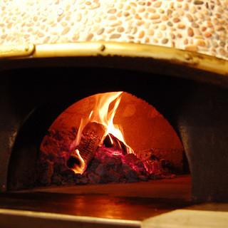 本場ナポリの薪窯で焼き上げるピザをご堪能頂けます。