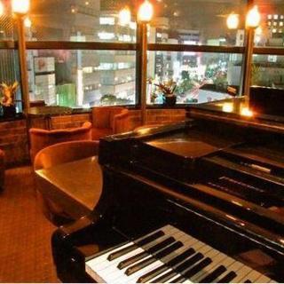 ピアノの生演奏を聴きながら、気軽に会話も楽しめます♪